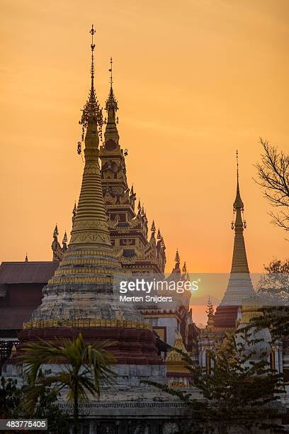 sunrise over pagoda in nyaungshwe - merten snijders stockfoto's en -beelden