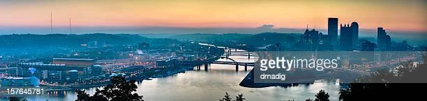 Sonnenaufgang über dem Pittsburgh auf einem Sommertag-Nähten Panorama