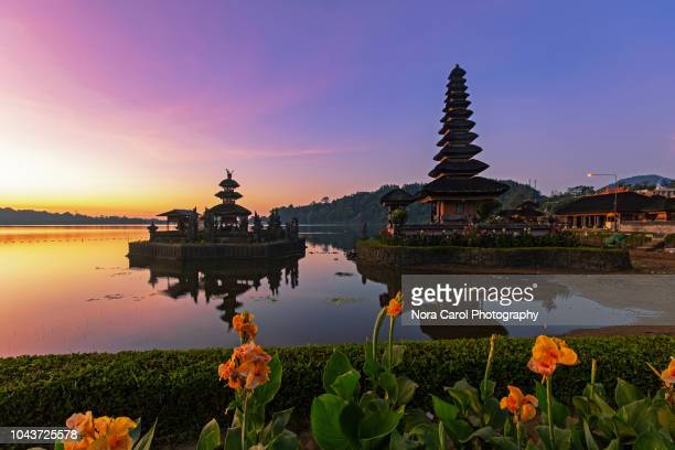 sunrise over pura ulun danu bratan - bali photos et images de collection