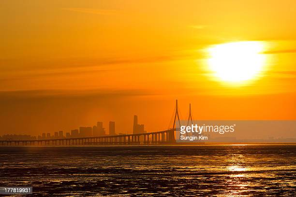 sunrise over the bridge - sungjin kim stock pictures, royalty-free photos & images