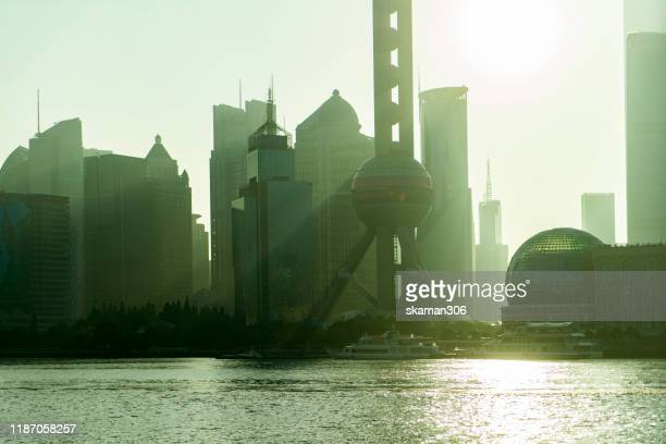 sunrise over the highest building in shanghai from the bund near shanghai china - uferviertel stock-fotos und bilder