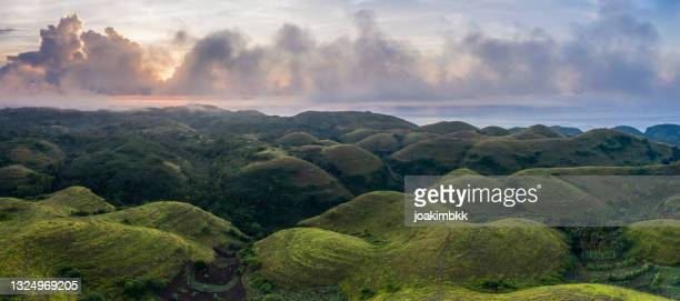 sunrise over the hilltops of nusa penida in bali indonesia - nusa penida stock pictures, royalty-free photos & images