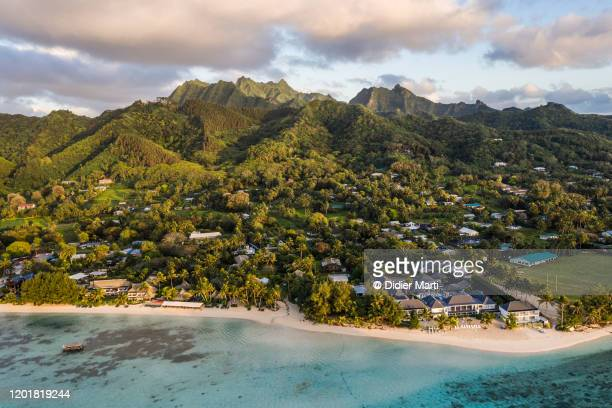 sunrise over the muri beach with mountain in the cook island - isole cook foto e immagini stock