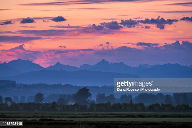 sunrise over the north cascasdes, washington state - everett washington state stock pictures, royalty-free photos & images