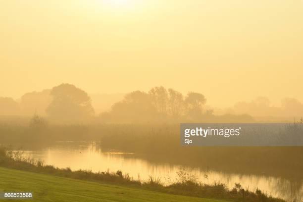 Zonsopgang boven de rivier de IJssel tijdens een mooie herfst ochtend