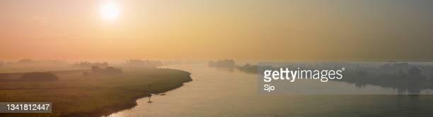 "sunrise over the river ijssel in the ijsseldelta landscape near kampen in overijssel - ""sjoerd van der wal"" or ""sjo""nature stockfoto's en -beelden"