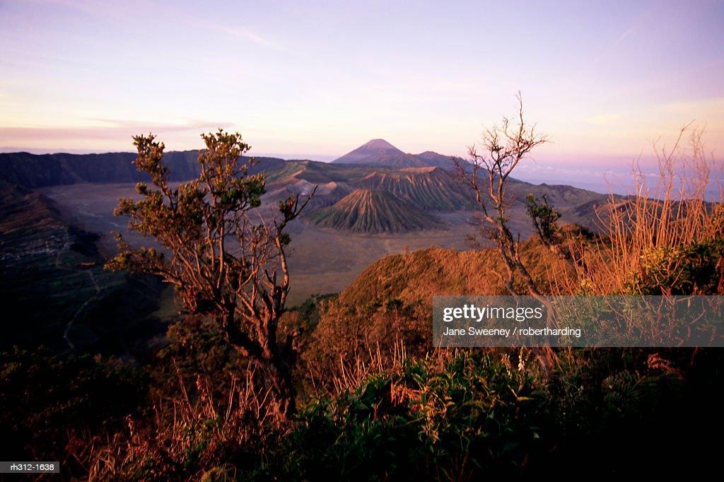 Sunrise over volcanic landscape, Bromo Tengger Semeru (Bromo-Tengger-Semeru) National Park, Java, Indonesia, Southeast Asia, Asia : Stockfoto