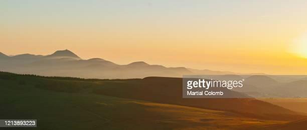 sunrise over volcanic landscape - paysage enchanteur photos et images de collection
