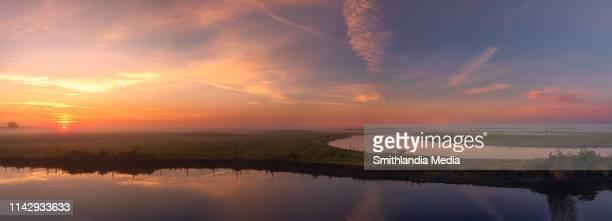 sunrise panorama over the st. johns river - paisajes de st johns fotografías e imágenes de stock