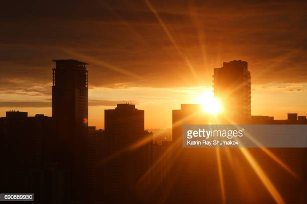sunrise rays in urban settings - zonsopgang stockfoto's en -beelden