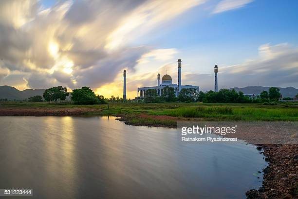 sunrise scene of central mosque songkhla, thailand - hat yai foto e immagini stock