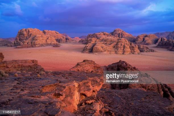 sunrise scene of red sand dune and amazing rock in wadi rum desert, jordan - paisajes de jordania fotografías e imágenes de stock