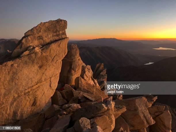 sunrise shining light on the sawtooth ridge of the sierra nevada mountains as seen from the matterhorn peak near bridgeport california on the border of inyo national forest and yosemite national park - pinnacle peak stock-fotos und bilder