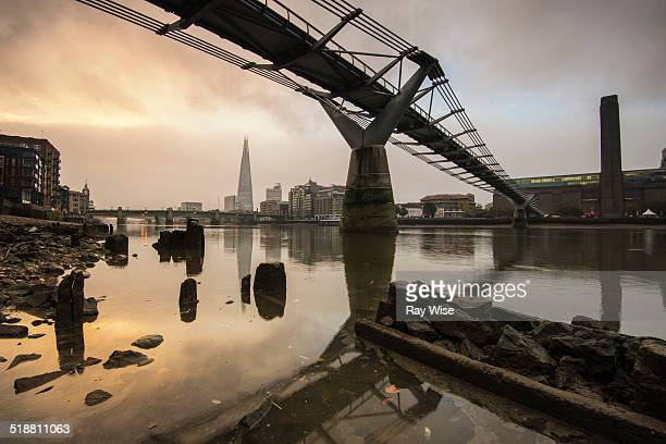 sunrise under the millennium footbridge - low tide stock pictures, royalty-free photos & images