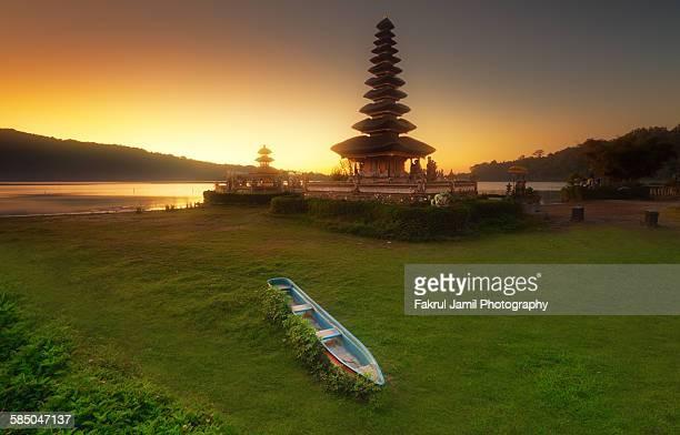 sunrise view in bpura ulun danu bratan, bali - lake bratan area stock pictures, royalty-free photos & images