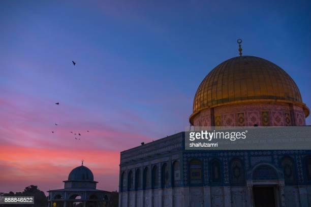 sunrise view of dome of the rock islamic mosque temple mount in jerusalem. - shaifulzamri stockfoto's en -beelden
