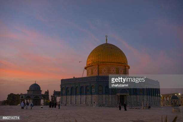 sunrise view of dome of the rock islamic mosque temple mount in jerusalem. - shaifulzamri imagens e fotografias de stock