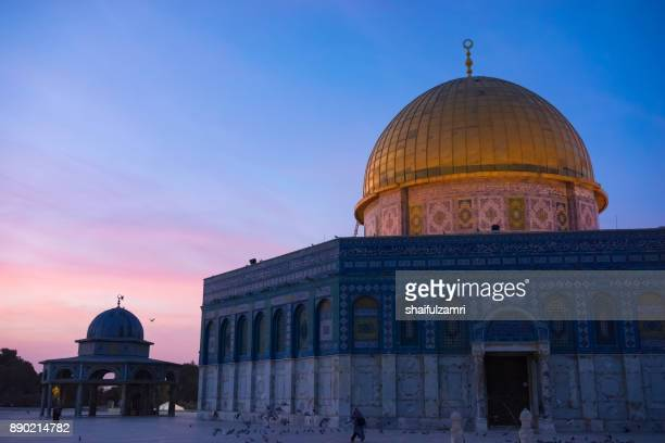 sunrise view of dome of the rock islamic mosque temple mount in jerusalem. - shaifulzamri stock pictures, royalty-free photos & images