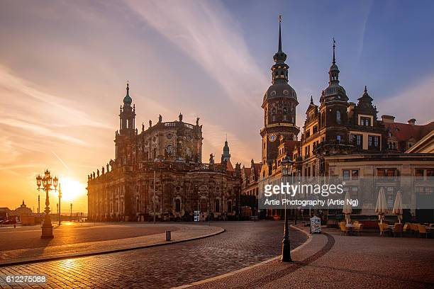 sunrise view of dresden cathedral (katholische hofkirche) and dresden castle (dresdner schloss) at theaterplatz, dresden, germany - castle stock-fotos und bilder