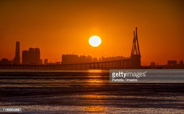 sunrise view of incheon bridge, incheon, south korea - dezember stock-fotos und bilder