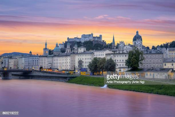sunrise view of salzach river and skyline of the historic centre of salzburg city, austria - salzburg stock-fotos und bilder