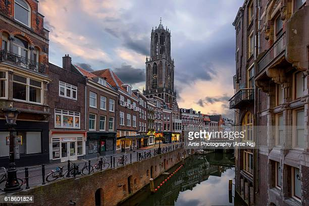 sunrise view of the dom tower and the vismarkt-choorstraat along oudegracht, utrecht, netherlands - utrecht stockfoto's en -beelden