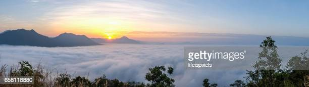 sunrise with sea of fog over phu thok mountain at chiang khan, thailand - lifeispixels fotografías e imágenes de stock