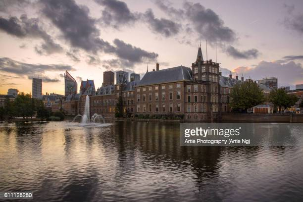 sunrise with the binnenhof (inner court) with the hofvijver lake, hague, netherlands - binnenhof stock photos and pictures