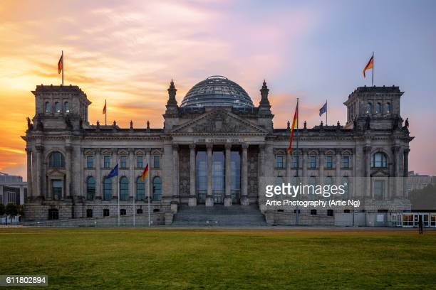 sunrise with the reichstag building, berlin, germany - bundestag stock pictures, royalty-free photos & images