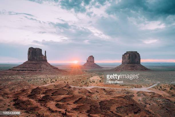 sunrising in monument valley - southwest usa stock pictures, royalty-free photos & images