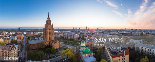 puesta de sol sobre el suburbio de latgales en riga, letonia - letonia fotografías e imágenes de stock