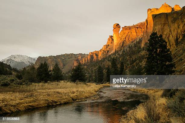 sunset along the crooked river - smith rock state park stock pictures, royalty-free photos & images