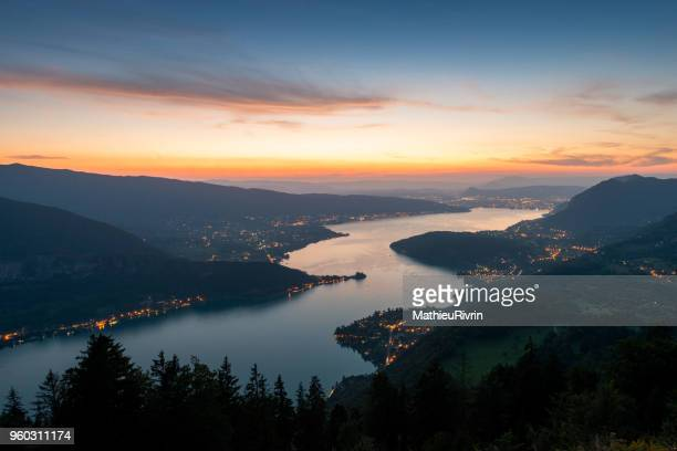"""sunset and blue hour in the """"lac d'annecy"""" - フランス アヌシー ストックフォトと画像"""