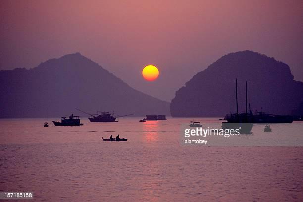 夕日とボート、ハロン湾、ベトナム
