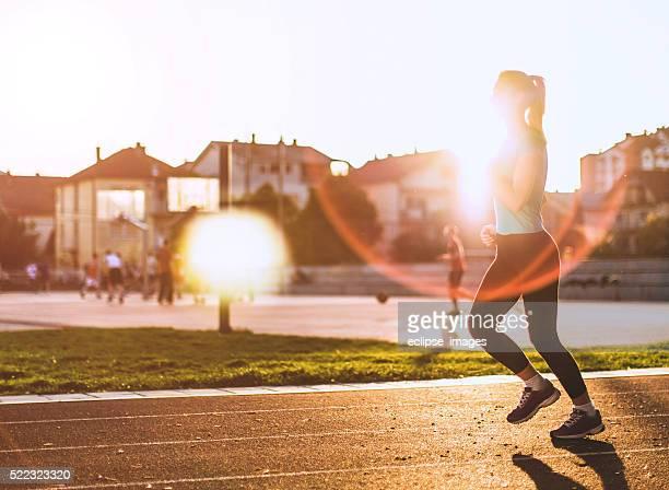 Coucher du soleil et de faire du jogging