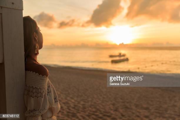 夕日と女性。 - 自然な状態 ストックフォトと画像