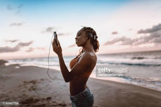 穏やかな海を通してサンセットとリラックスした音楽 - アンティル諸島 ストックフォトと画像