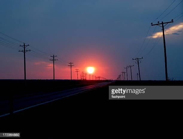 Sonnenuntergang und Telefon Stangen