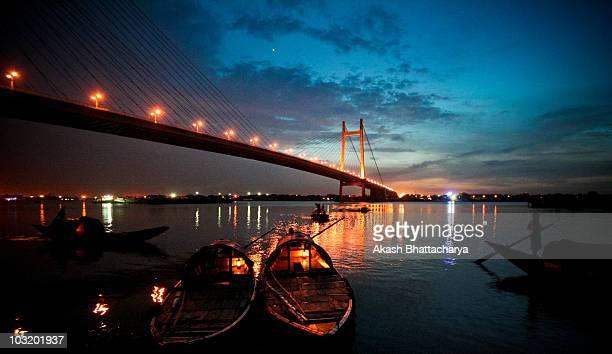 sunset at 2nd hoogly bridge - westbengalen stock-fotos und bilder