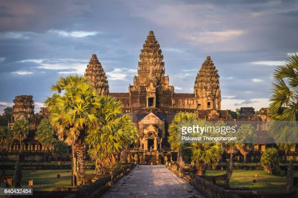 sunset at angkor wat, siem reap, cambodia - kambodschanische kultur stock-fotos und bilder