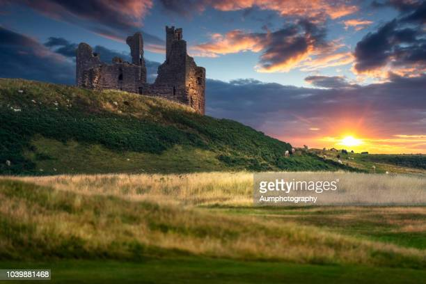 sunset at ardvreck castle, loch assynt, scotland. - schotland stockfoto's en -beelden