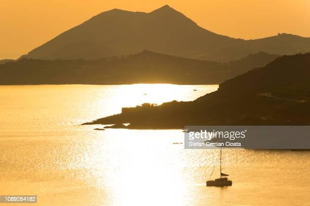 sunset at cape sounio in attica, greece - países del golfo fotografías e imágenes de stock