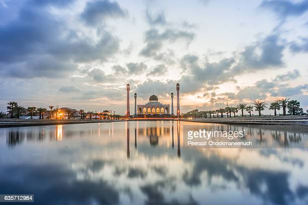 sunset at central mosque in songkla province , thailand - hat yai foto e immagini stock