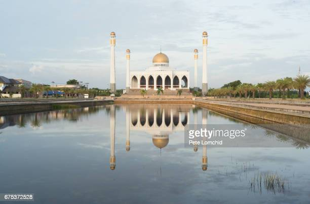 sunset at central mosque reflection - hat yai foto e immagini stock