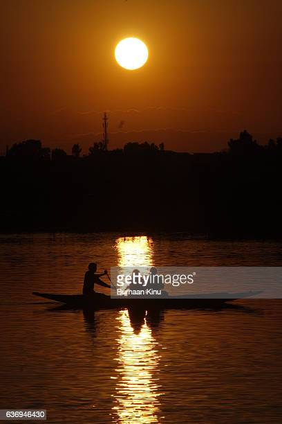 sunset at dal lake, srinagar - burhaan kinu stock-fotos und bilder