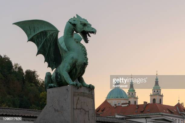 sunset at dragon bridge of ljubljana, slovenia - dragon photos et images de collection
