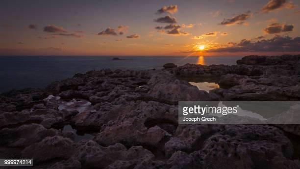 sunset at dwejra, gozo - dwejra stock-fotos und bilder