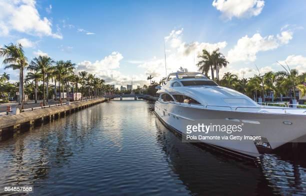 sunset at fort lauderdale canals. luxury yachts in las olas boulevard, florida, usa - segeljacht stock-fotos und bilder