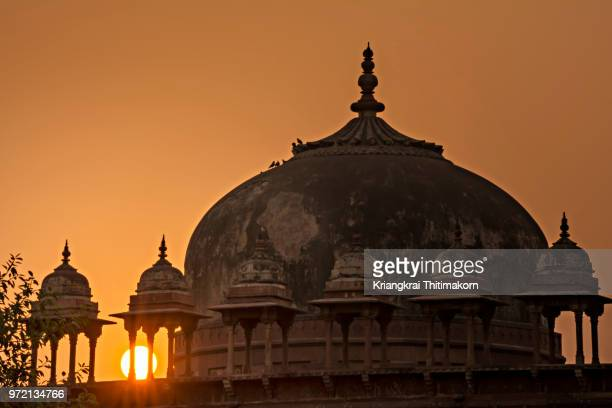 sunset at jama masjid, agra, india. - agra jama masjid mosque stockfoto's en -beelden