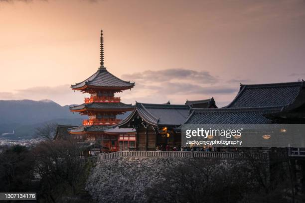 sunset at kiyomizu dera pagoda temple with red maple leaves or fall foliage in autumn season. - haut lieu touristique international photos et images de collection